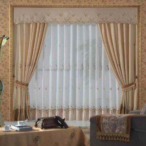 Model gorden jendela ruang tamu cokelat