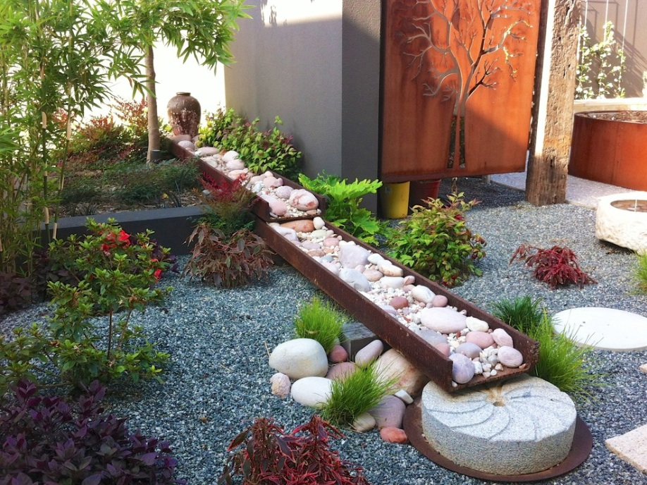 Ландшафтный дизайн с камнями дачного участка
