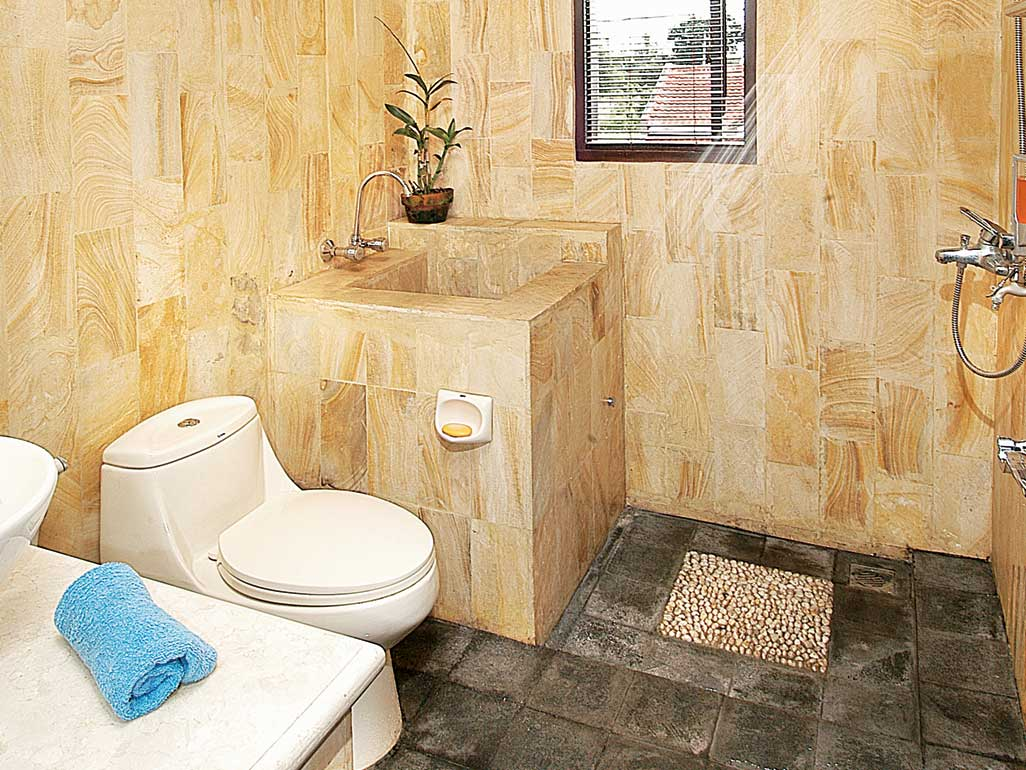 desain kamar mandi sederhana dan murah batu alam
