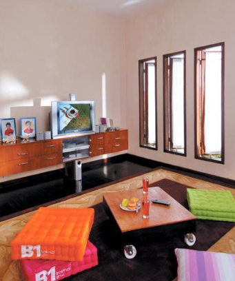 25 Dekorasi Ruang Keluarga Tanpa Sofa Lesehan
